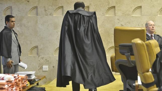 6ago2012-o-ministro-joaquim-barbosa-caminha-por-plenario-do-supremo-tribunal-federal-stf-durante-o-quinto-dia-do-julgamento-do-mensalao-1344461011726_1920x1080