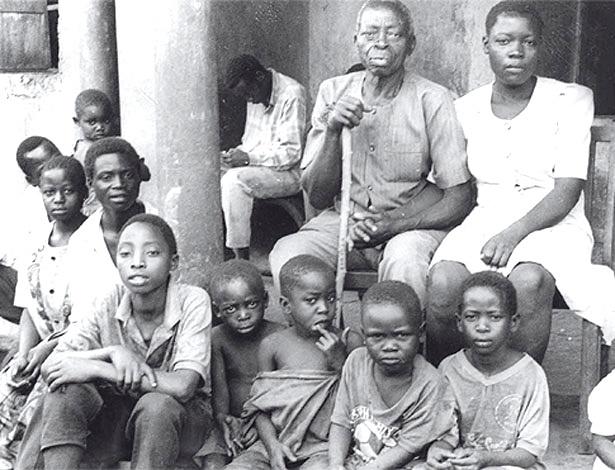 homem-que-foi-pai-de-158-filhos-morre-aos-103-anos-em-uganda-1335536175018_615x470