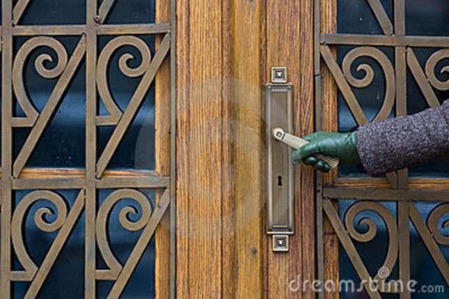 abrindo-porta-11485539